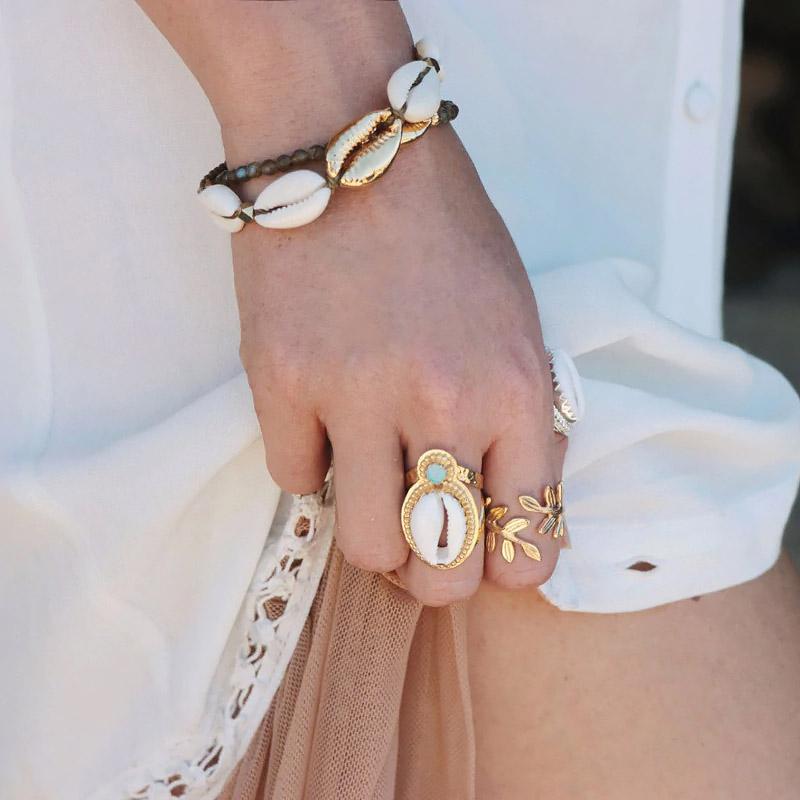 bracelet en coquillages cauri blanc et doré
