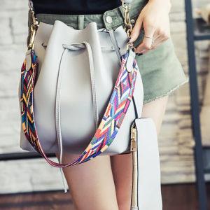 shine, sac besace Amitola en simili cuir gris et avec une lanière colorée et l'autre en simili cuir et son porte-monnaie assorti, sac à main seau